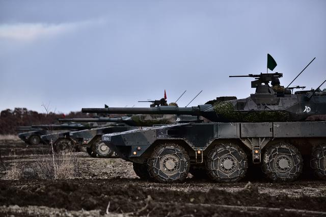 画像: 攻撃前進するMCV中隊