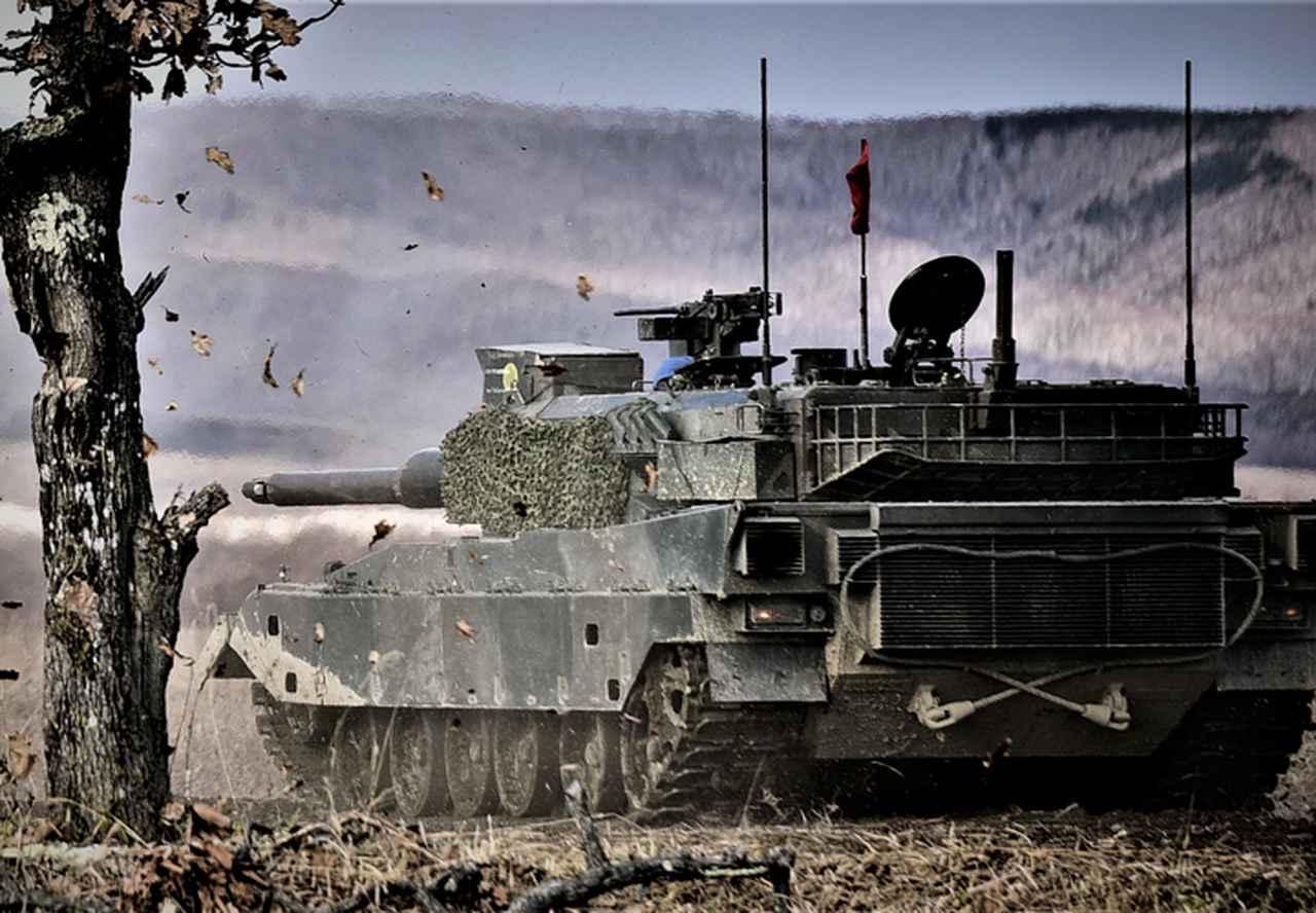 画像: 攻撃前進する90式戦車