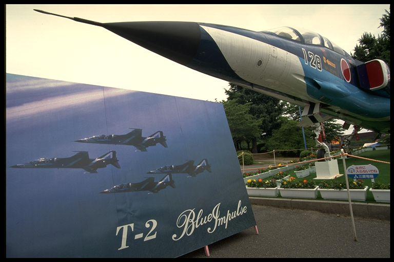 画像: 近鉄あやめ池遊園地で実施された平和博で地上展示されたT-2ブルーインパルス(筆者撮影)。実は同遊園地はF-86Fブルーインパルス正式創設の遠因の一つとなっており、ブルー機が展示されたのに因縁を感じる。