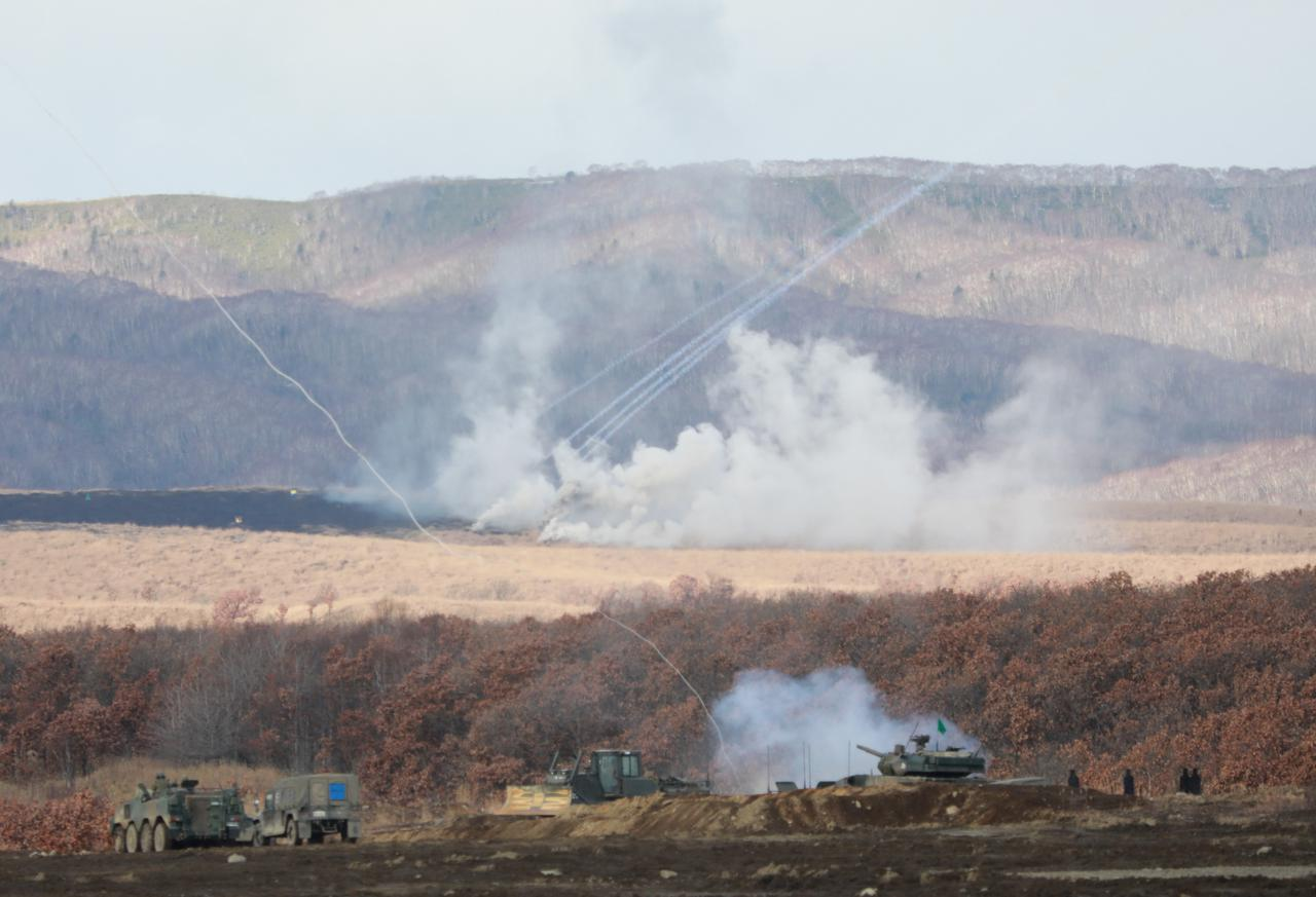 画像: 火力支援下の地雷原爆破装置投射