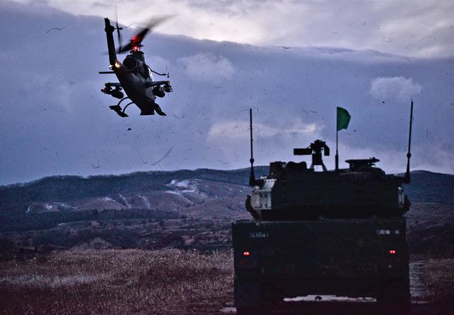 画像: 縦深目標を攻撃するAHとMCV