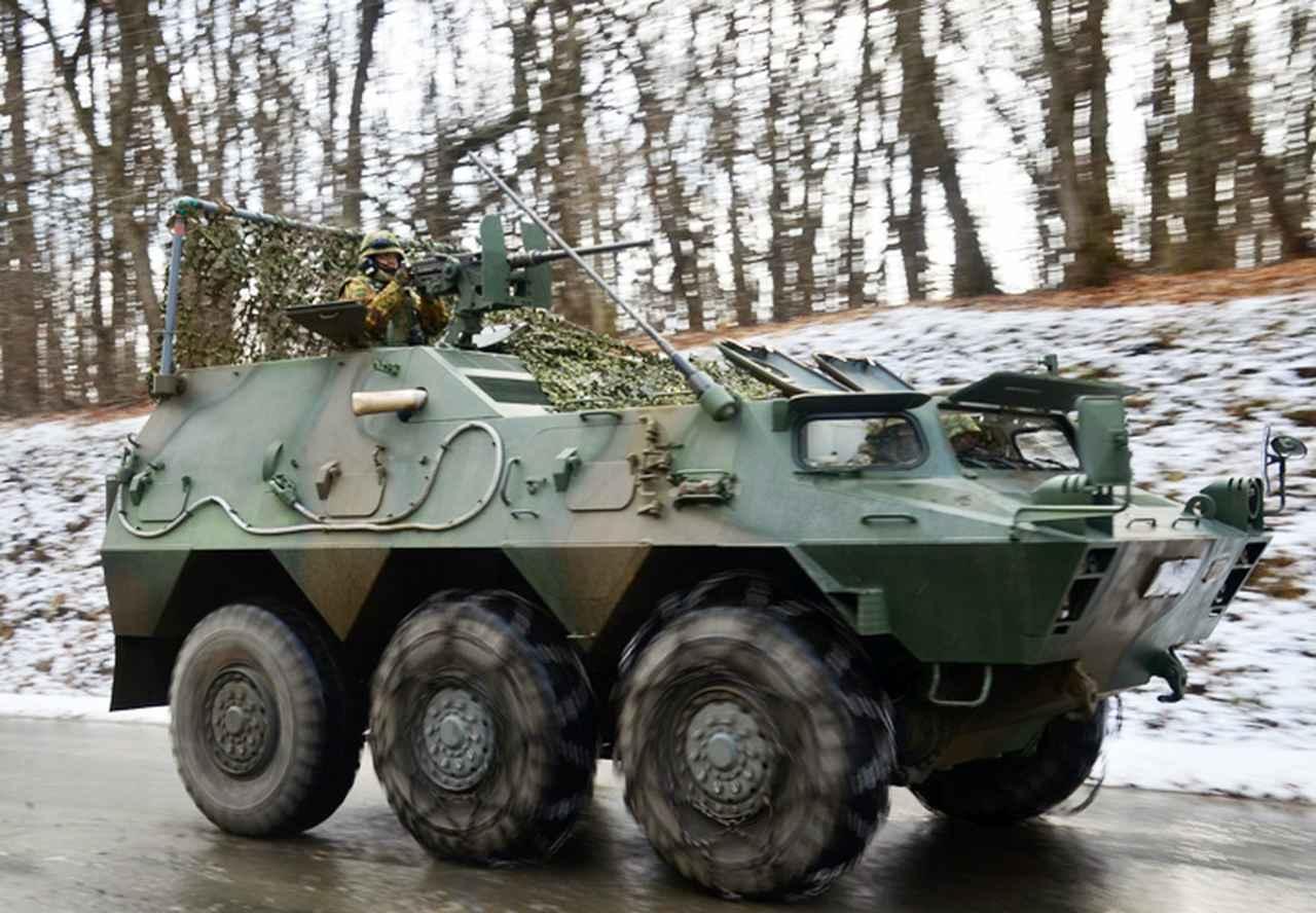 画像: 偵察任務へ前進する指揮通信車