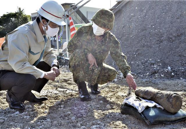 画像: 現地対策本部長に安全化終了後の米国製5インチ艦砲弾