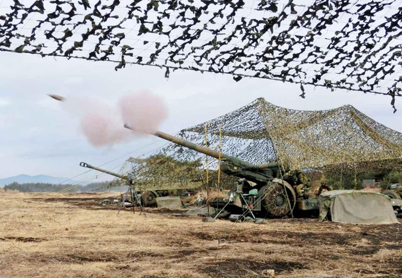 画像: 射撃するFH70