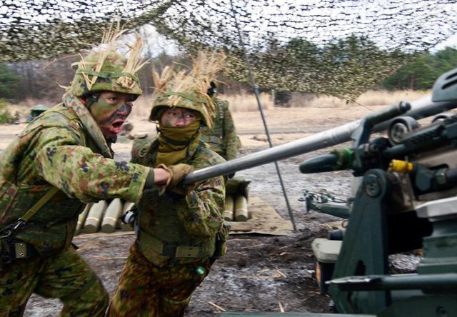 画像: 迅速に砲弾を装填する砲班員