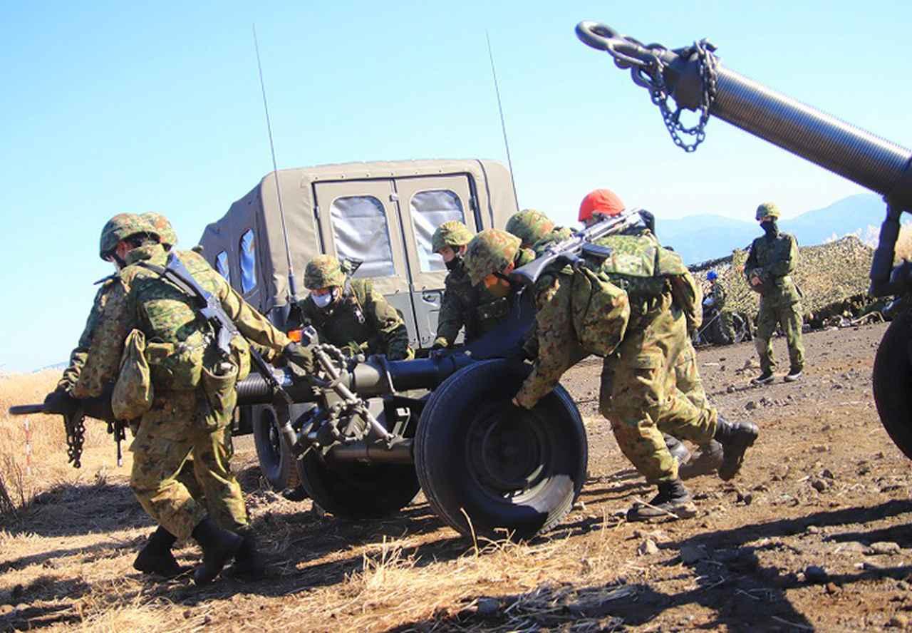 画像: 速やかに砲の交換を行う分隊