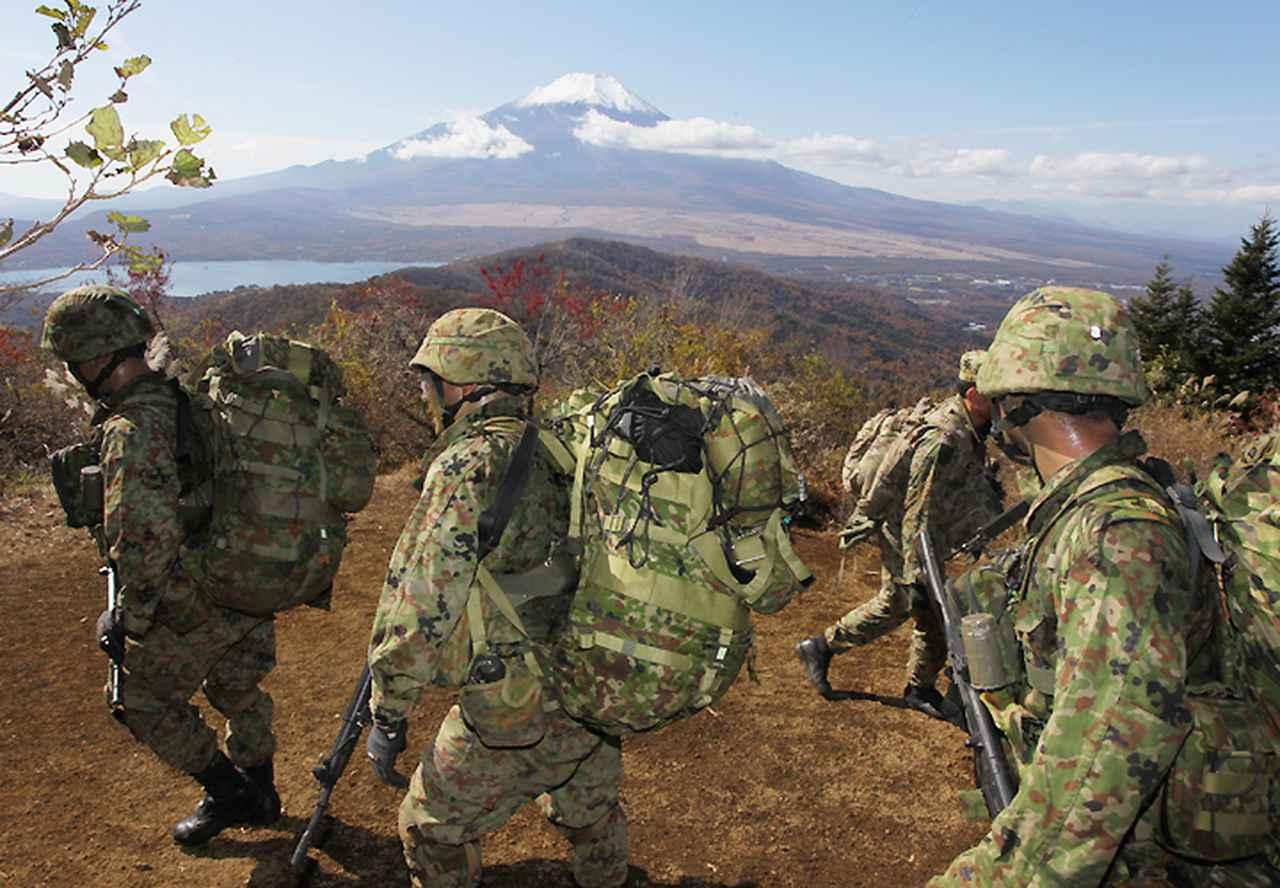 画像: 富士山を仰ぎながら行動訓練に臨むレンジャー学生