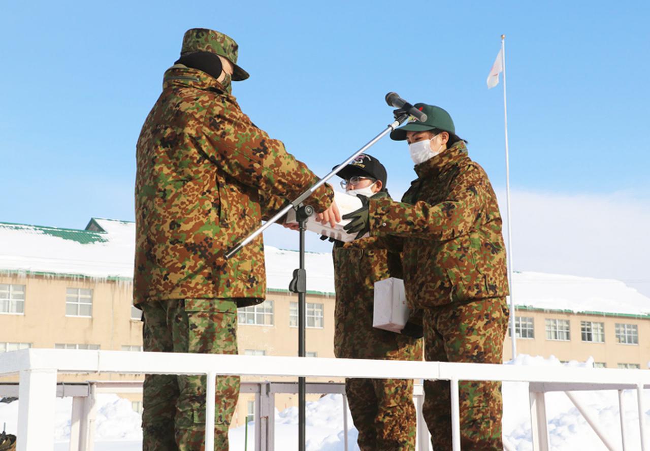 画像: 駐屯地司令より記念品を受贈する新成人