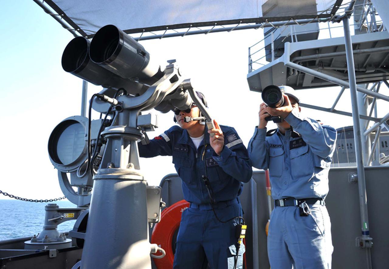 画像: 情報収集を行う「むらさめ」乗員