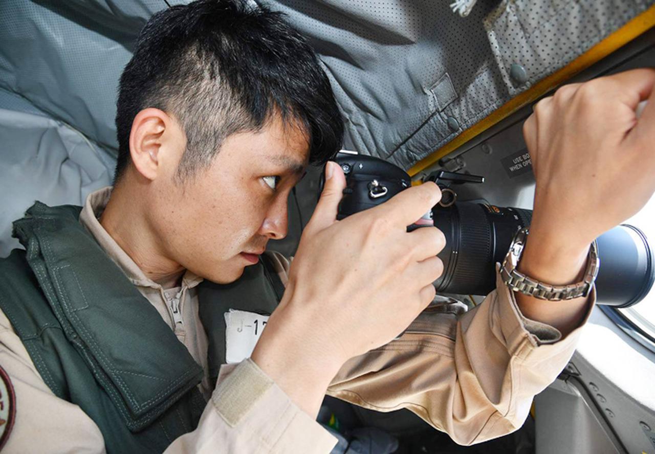 画像: 情報収集を行うP3C搭乗員