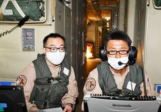 画像: 船舶情報を確認中のP3C搭乗員