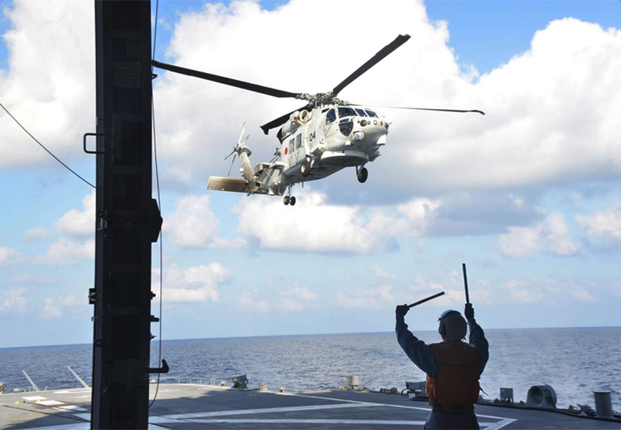画像: 発艦する「ありあけ」搭載ヘリコプター