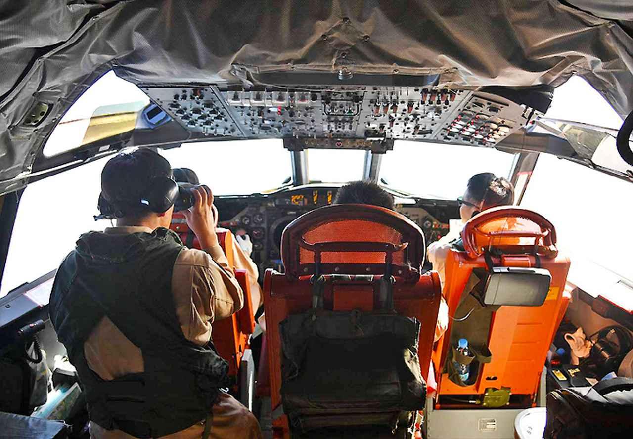 画像: 船舶を確認中のP3C搭乗員