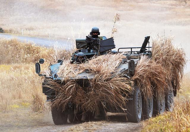 画像: 攻撃前進する96式装輪装甲車