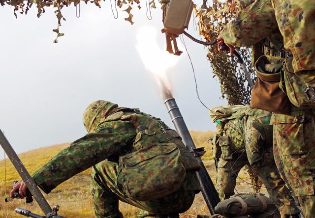 画像: 81ミリ迫撃砲射撃