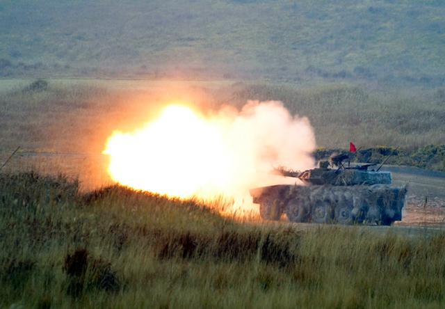 画像: 16式機動戦闘車射撃