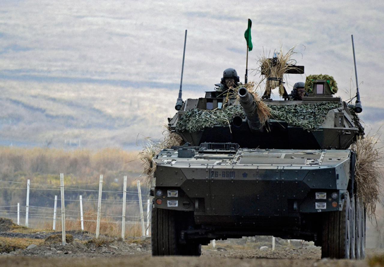 画像: 攻撃前進する16式機動戦闘車
