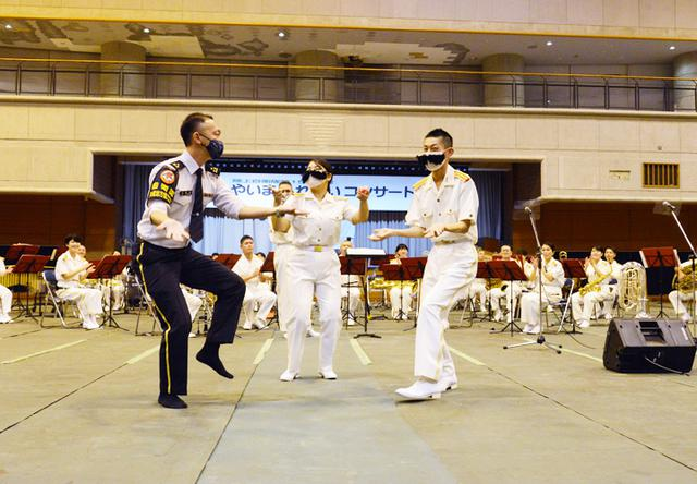 画像: 飛び入りでヒゲダンスを披露する石垣出張所長の岡本1陸尉(左)