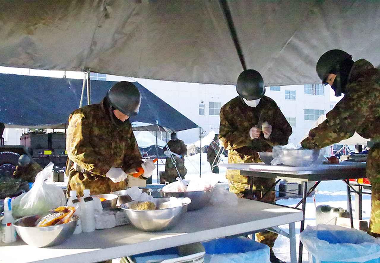 画像2: 調理する隊員