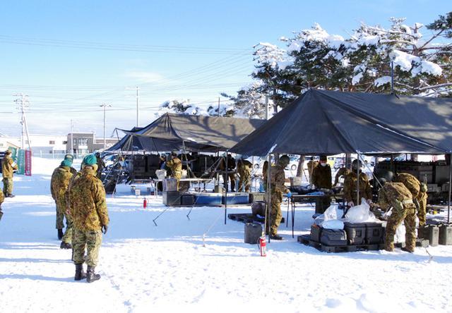 画像: 午前中、厳しい寒さの中、駐屯地の屋外で行われた炊事競技会