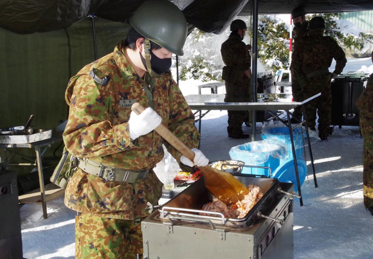 画像3: 調理する隊員