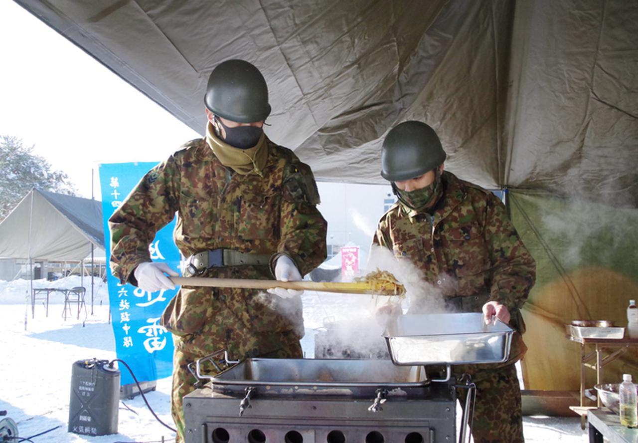 画像1: 調理する隊員