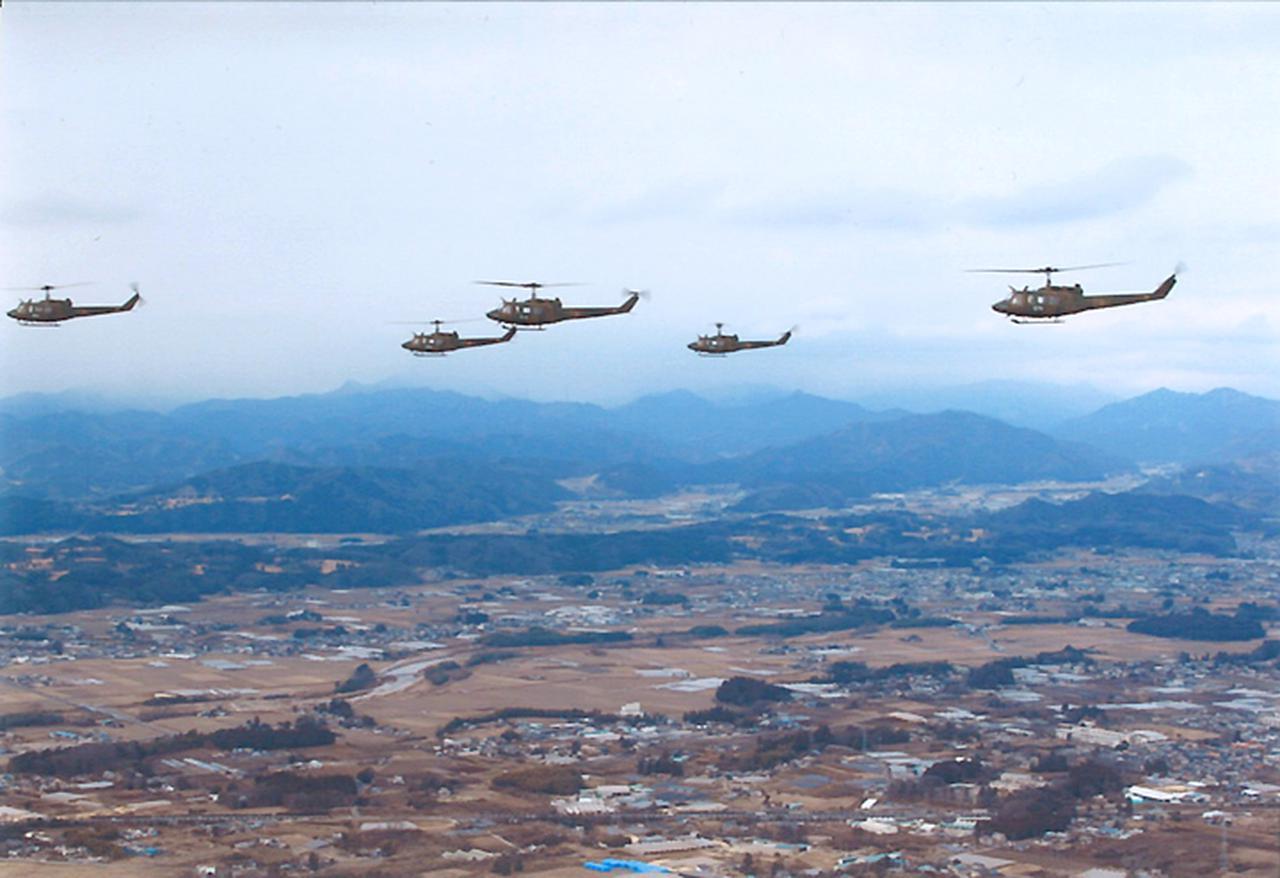 画像1: 訓練始め ヘリ10機が新春の蒼天に舞う 陸自航空学校宇都宮校