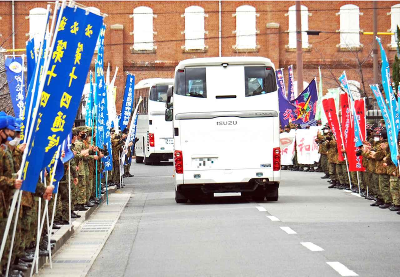 画像: 大型バスに分乗し高松空港へ向け前進