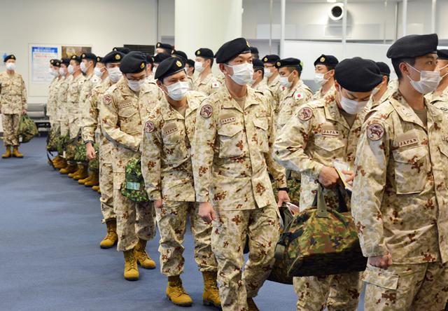 画像: 搭乗口へ向け前進する派遣隊員
