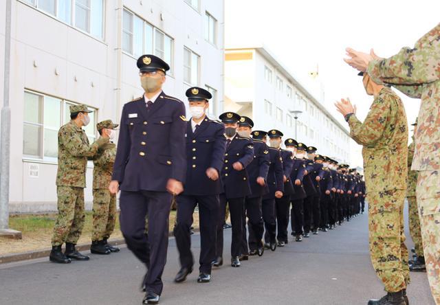 画像1: 陸曹候生課程修了の25人が同期と別れ後期教育へ|国分駐屯地