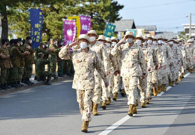 画像: 隊員に見送られる派遣隊要員