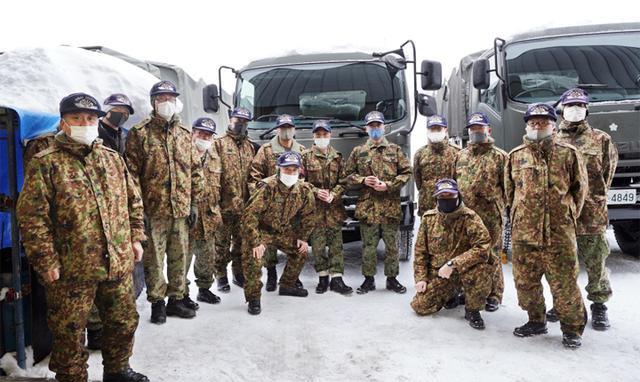 画像: 各科を巡視する青野隊長