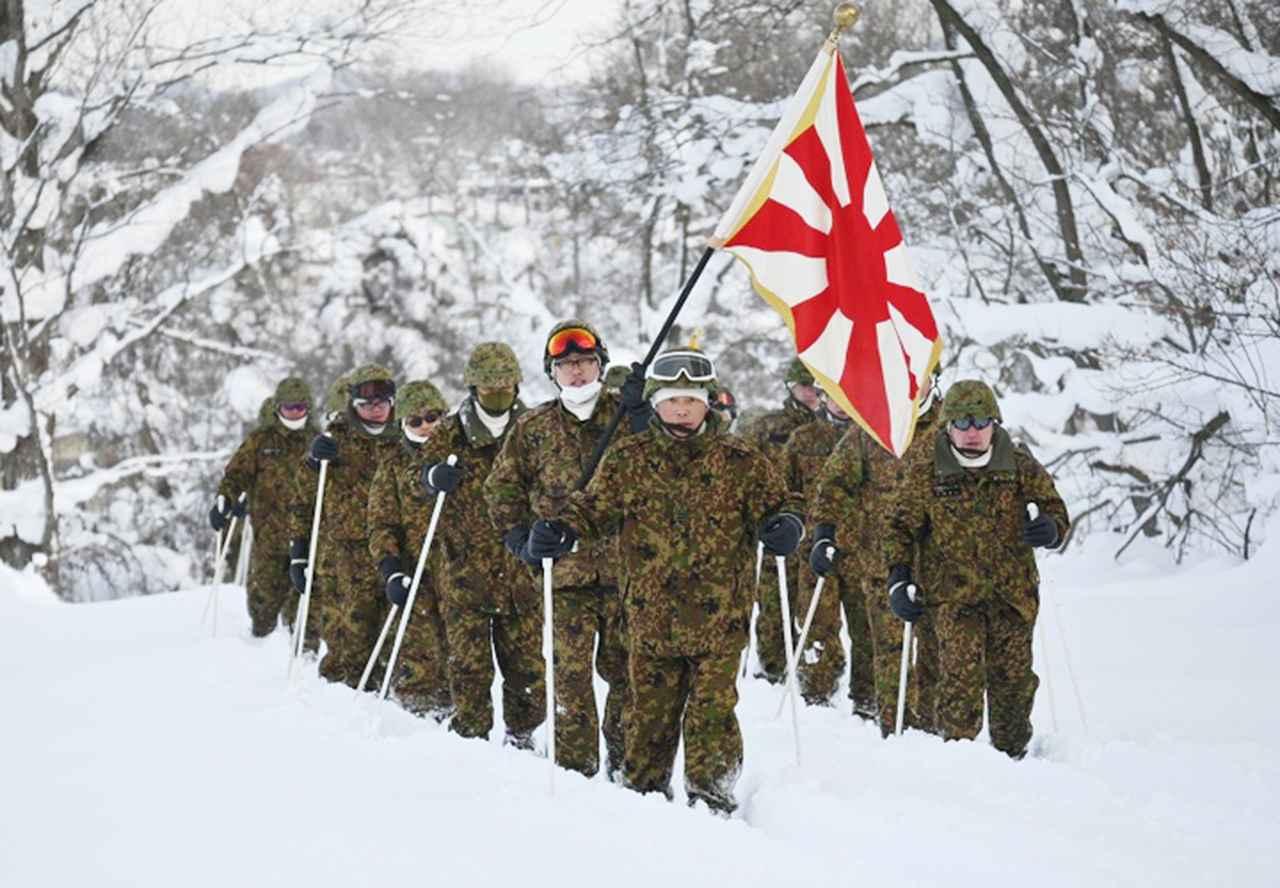 画像: 連隊長を先頭にスキー機動