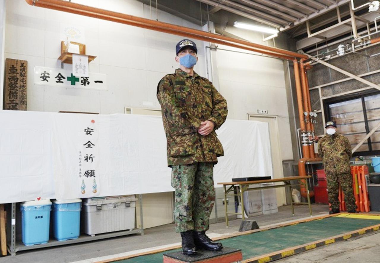 画像: 新年にあたり訓示する業務隊長 青野2陸佐