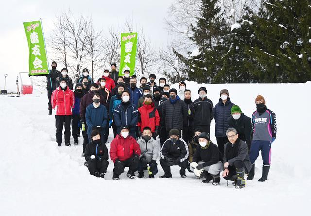 画像: 完成したスキー山をバックに曹友会と学校職員の記念撮影