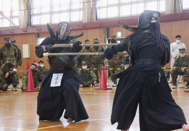 画像: 女性自衛官の部で優勝した本部管理中隊 栗原陸士長(左)