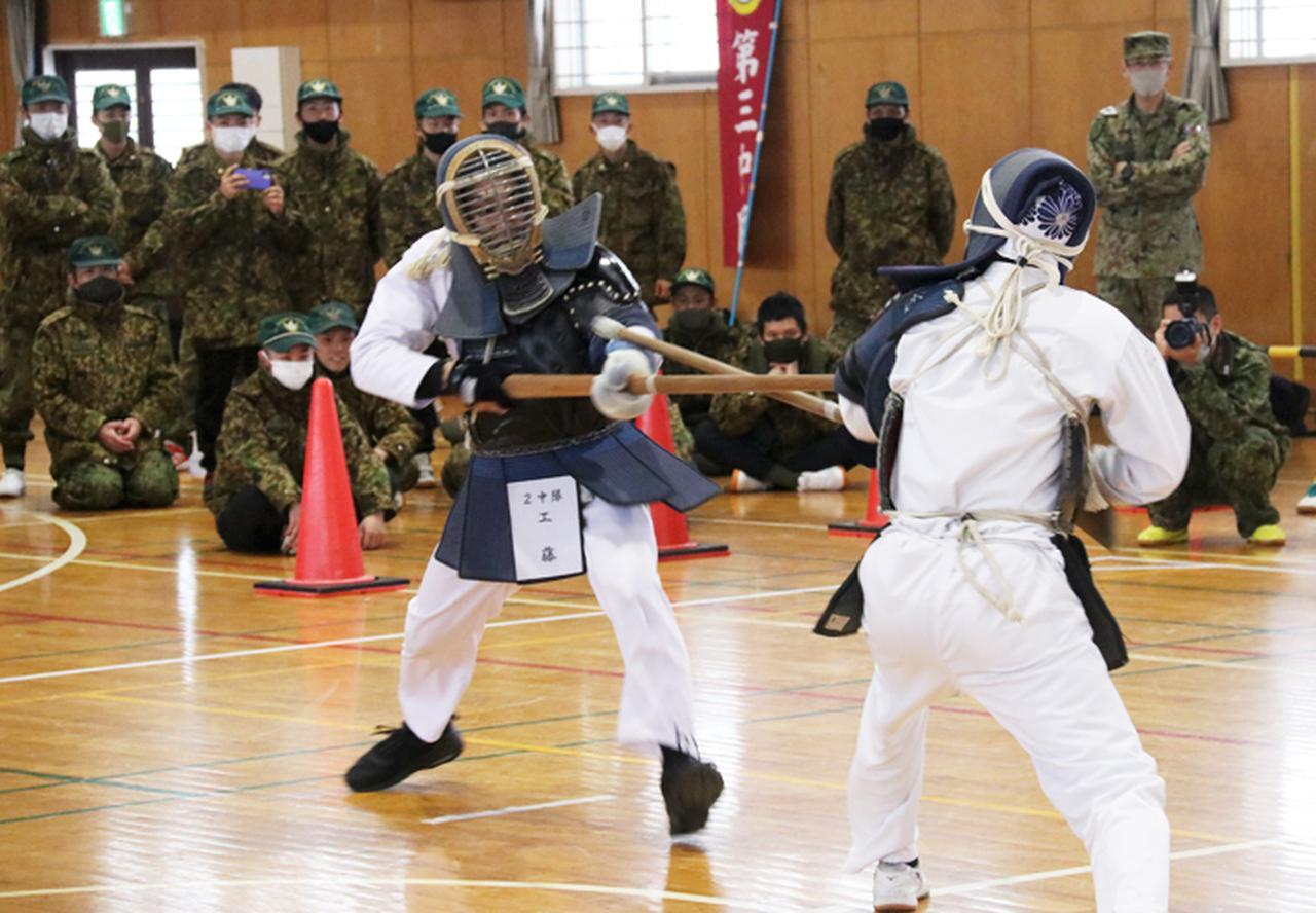 画像: 隊員の部で優勝した第2中隊 工藤1陸士(左)