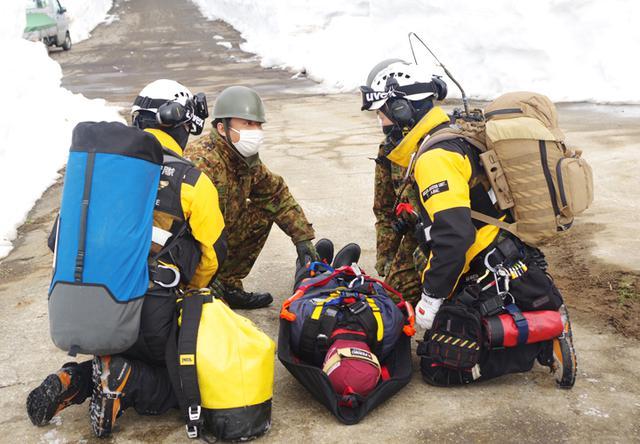 画像: 新潟県消防防災航空隊への患者の引継ぎ