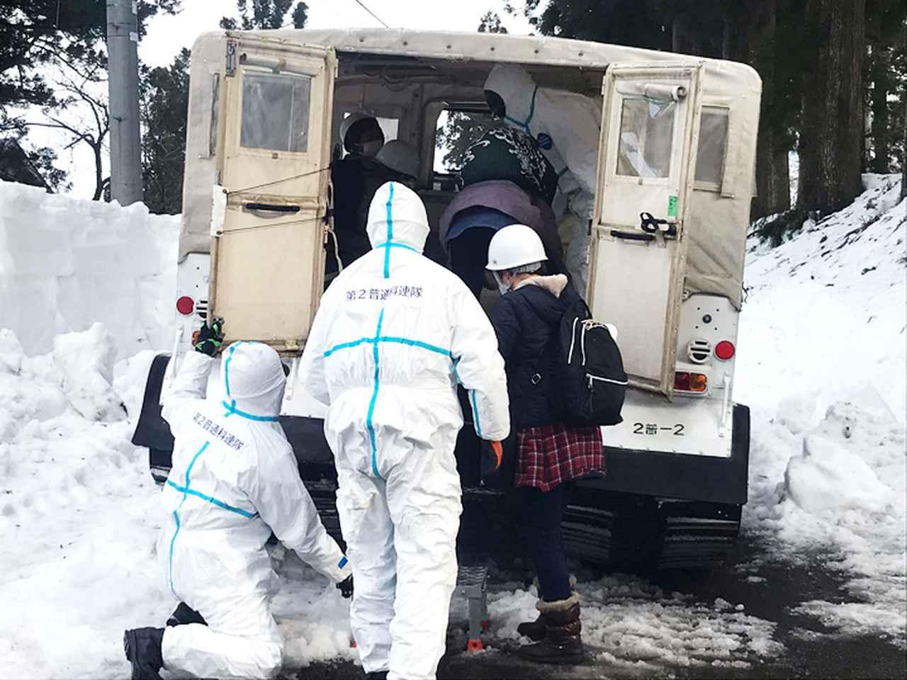 画像: 大型雪上車による後送