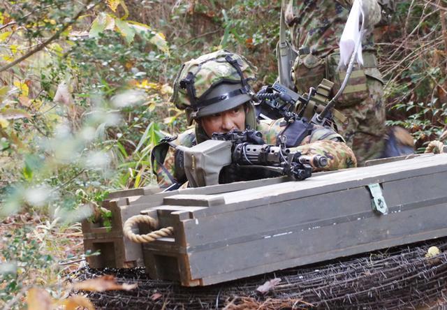 画像: 近接戦闘準備をする防御分隊長