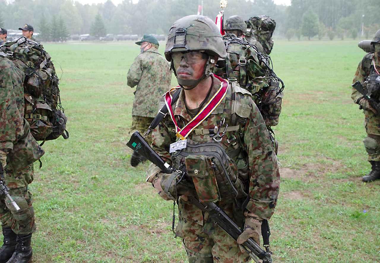 画像: レンジャー徽章を首から提げる増弘3陸曹