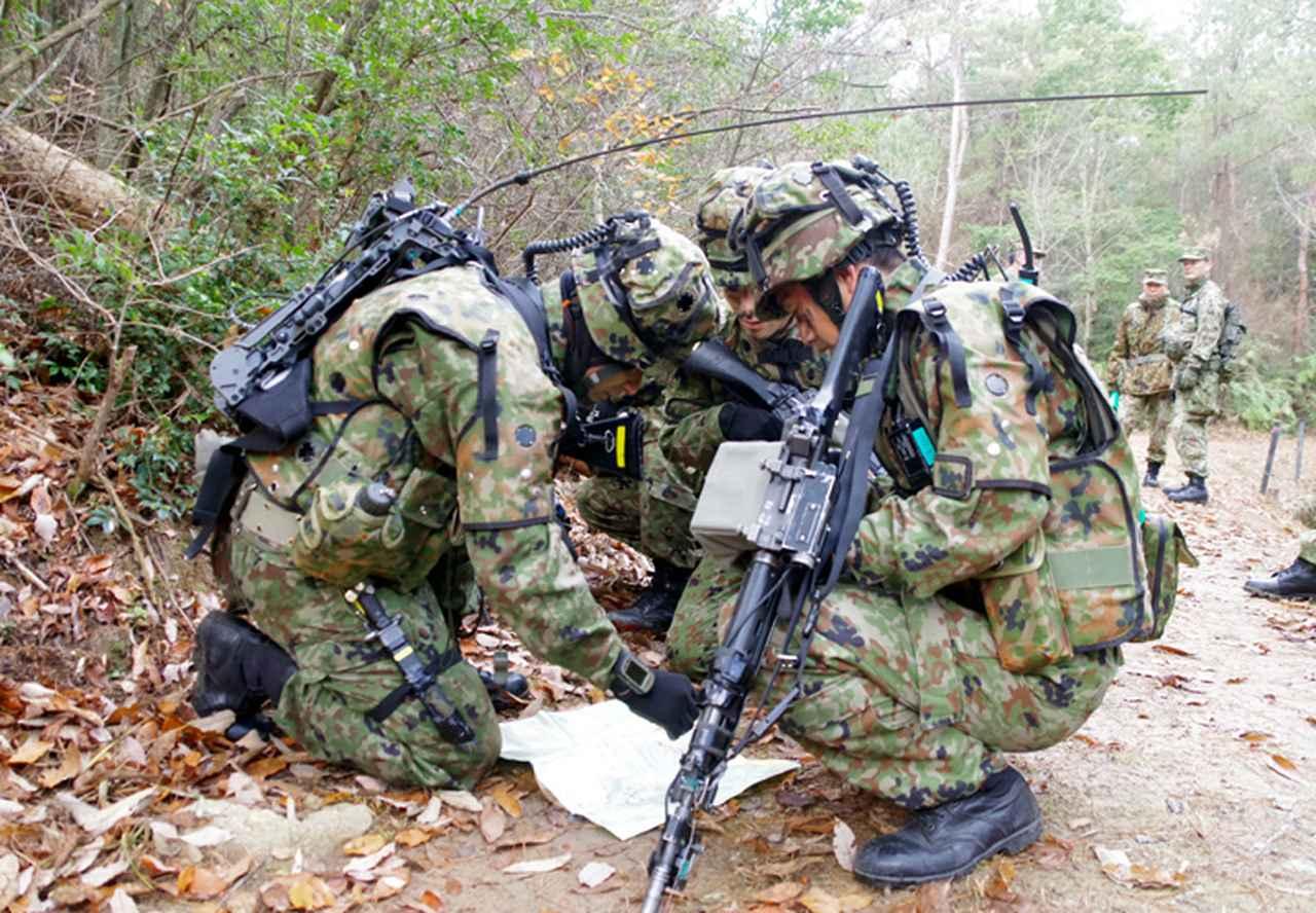 画像: 補足命令の下達(写真左 攻撃分隊長)