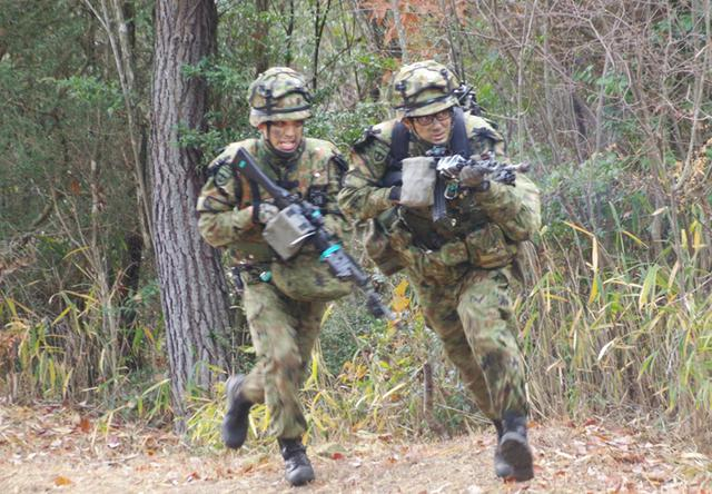 画像: 攻撃分隊の突撃(写真先頭 攻撃分隊長)