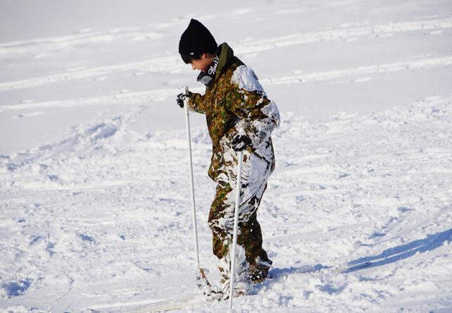 画像: 雪まみれの女性隊員