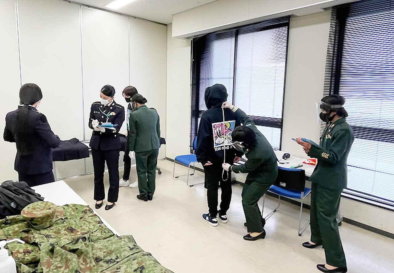 画像: 制服採寸の様子