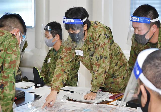 画像: 戦術教育において討論する学生