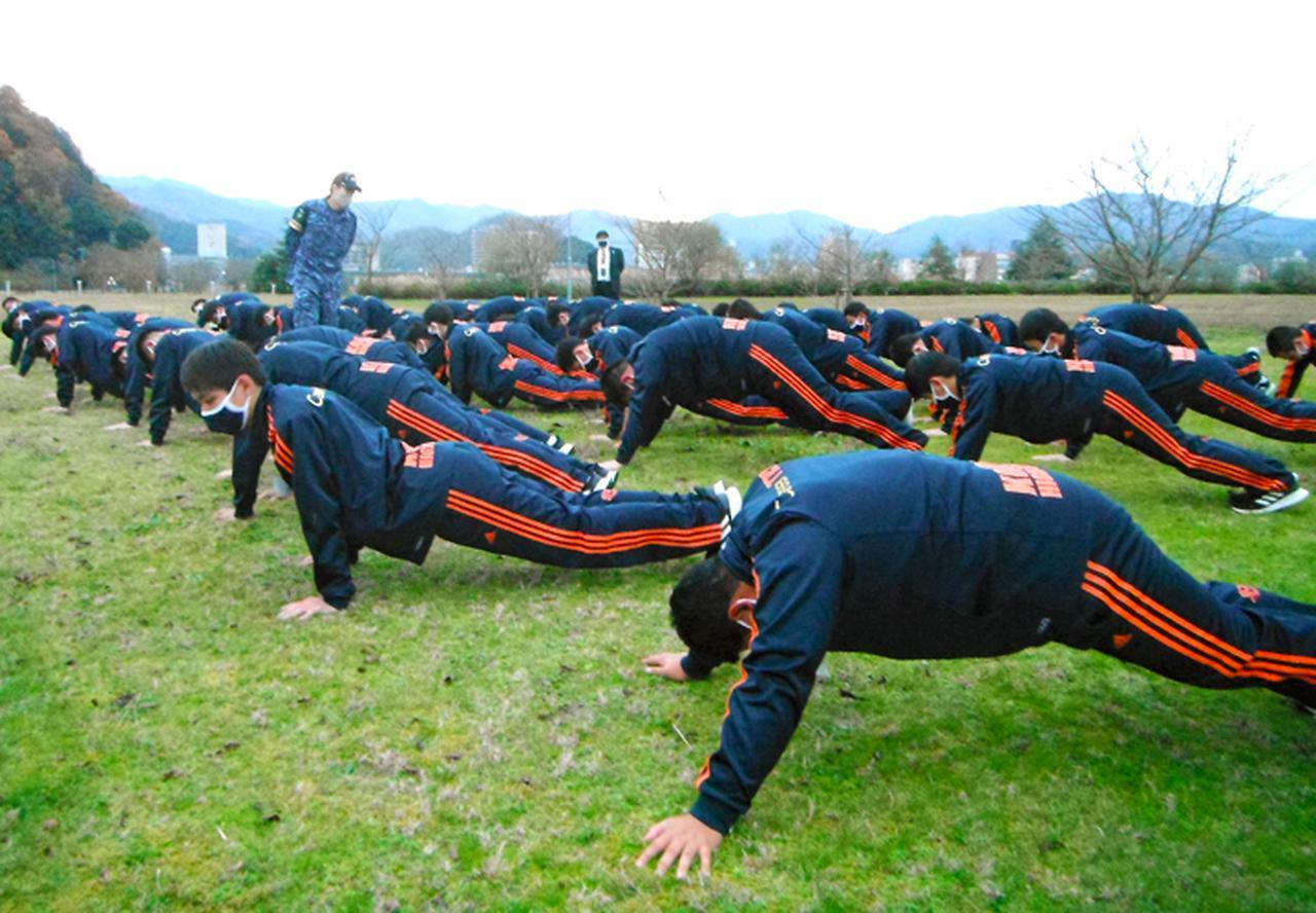 画像3: 高校生45人が海自体験 基本教練、短艇訓練など 大阪地本