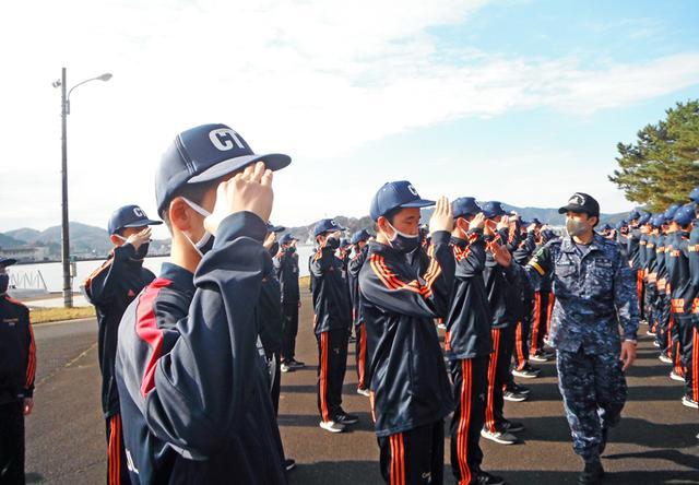 画像1: 高校生45人が海自体験 基本教練、短艇訓練など|大阪地本