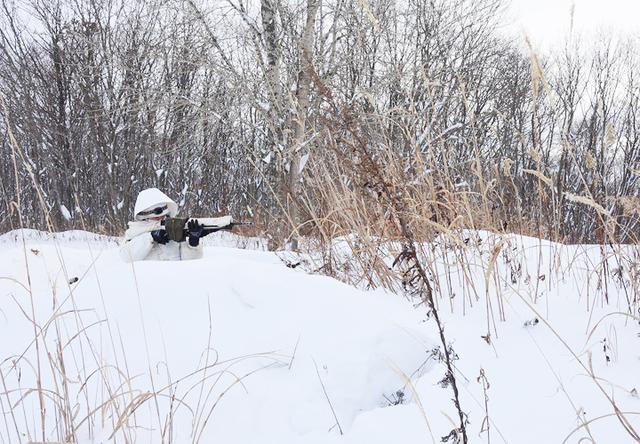 画像: 歩哨壕から警戒する隊員