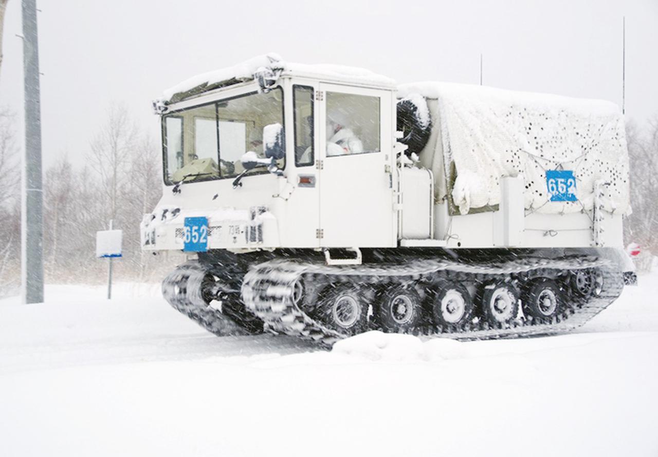画像: 雪の中前進する10式雪上車